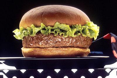 Un extenso estudio absuelve a las grasas saturadas, como las de esta hamburguesa, del riesgo cardiovascular. NCI/NIH.