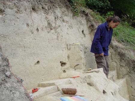 La investigadora Carolina Mallol en la excavación del yacimiento de Willendorf. Foto de Carolina Mallol.