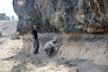 El descubrimiento del yacimiento de Nor Geghi 1 en julio de 2008. Foto de Daniel S. Adler.