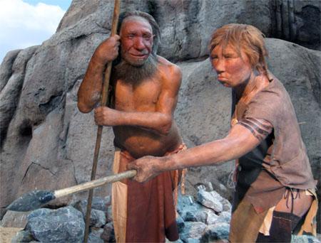 Recreación de una pareja de neandertales en el Museo Neandertal (Alemania). Foto de UNiesert / Frank Vincentz / Wikipedia.
