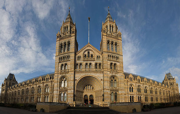 Vista panorámica de la fachada principal del National History Museum, en Cromwell Road (Londres). Foto de DAVID ILIFF. Licencia: CC-BY-SA 3.0.