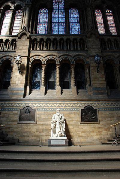 Estatua de Charles Darwin en la escalinata del NHM, obra de Sir Joseph Boehm. Foto de Javier Yanes.