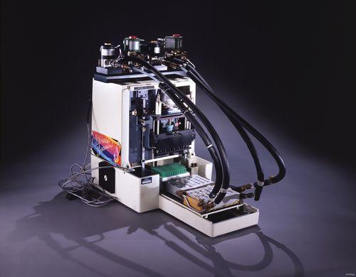 Mr. Cycle, la primera máquina rudimentaria de PCR construida por Kary Mullis y su equipo en la compañía Cetus en 1985. Nótese la pegatina con la leyenda 'California Dreamin'. Imagen de Smithsonian Institution.