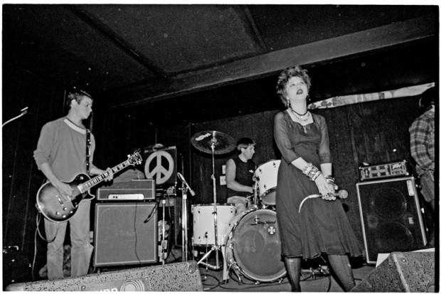 La banda estadounidense de 'hardcore' Conflict, tocando en Tucson el 27 de febrero de 1984. Bill Cuevas aparece a la izquierda. Imagen de Ed Arnaud, reproducida con permiso de www.shavedneck.com.