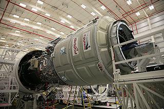 Integración del carguero espacial Cygnus Orb-3 en el cohete Antares. Imagen de NASA / Wallops Flight Facility / Patrick Black.