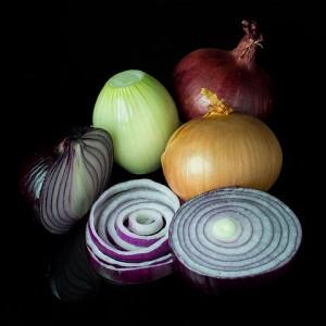 Cebollas de varios tipos. Imagen de Colin / Wikipedia.