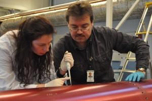 Los investigadores Cora Thiel y Oliver Ullrich recogen muestras de ADN del exterior del cohete. Imagen de Adrian Mettauer.