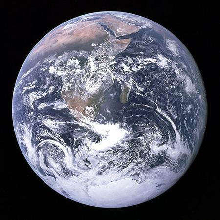 """La Tierra como ningún ser humano a vuelto a verla desde 1972, el año en que se tomó esta foto desde la misión lunar Apolo 17. La foto se conoce como """"la canica azul"""". Imagen de NASA."""