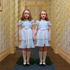 Gemelas en la película de Stanley Kubrick 'El resplandor' (1980). Imagen de Warner Bros.