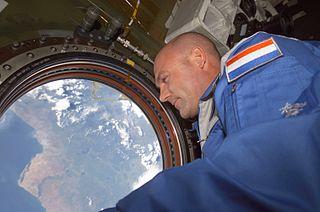 El astronauta holandés de la ESA Andre Kuipers junto a una de las ventanas de la ISS, el 21 de abril de 2004. Imagen de NASA.