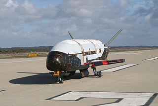El avión espacial Boeing X-37B en la base aérea de Vandenberg. Imagen de United States Air Force / Wikipedia.