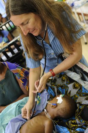 La doctora Terrie Taylor ausculta a uno de sus pacientes en el Hospital Queen Elizabeth de Blantyre, Malawi. Imagen de Jim Peck, MSU.