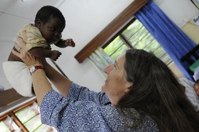 La doctora Terrie Taylor con uno de sus pacientes. Imagen de Jim Peck, MSU.