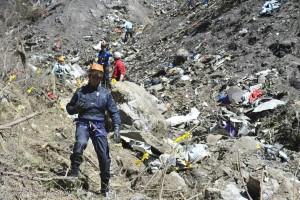 Miembros de los equipos de rescate en el lugar del siniestro del vuelo de Germanwings. Imagen de EFE/Francis Pellier.
