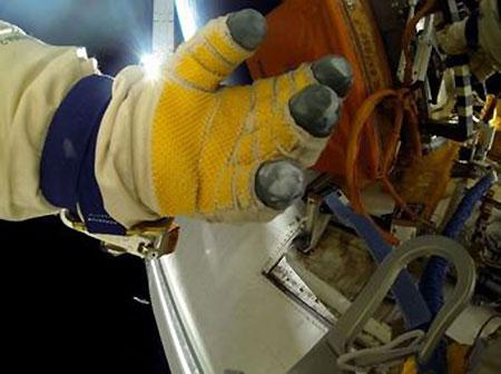 Los dedos del guante del cosmonauta ruso Oleg Artemyev muestran el polvo depositado en el exterior de la ISS. Imagen de artemjew.ru.