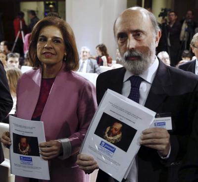 La alcaldesa de Madrid, Ana Botella, y el antropólogo Francisco Etxeberria, director del proyecto Cervantes, presentan los resultados de la investigación en Madrid el pasado 18 de marzo. Imagen de EFE / Sergio Barrenechea.