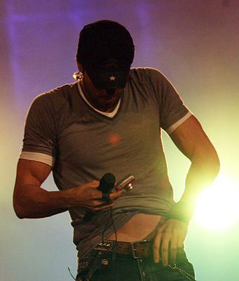 Enrique Iglesias, estudiando la simetría corporal durante un concierto en Australia. Imagen de Eva Rinaldi / Wikipedia.