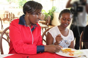 Una degustación de langostas en el ICIPE (Nairobi, Kenya). Imagen de ICIPE.