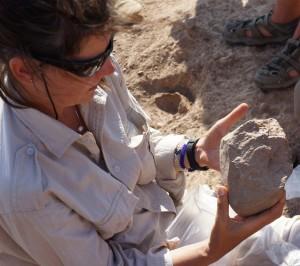 La arqueóloga Sonia Harmand examina una de las herramientas de piedra halladas en Kenya. Imagen de MPK-WTAP.