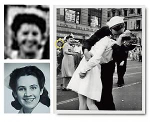 Foto de la misma escena del beso tomada por Victor Jorgensen. En el círculo, la enfermera Gloria Delaney. A la izquierda, arriba, su rostro ampliado. Abajo, en otra imagen de la época. Imagen de Victor Jorgensen / U. S. Navy.