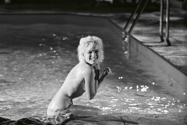 Marilyn Monroe ríe en la piscina durante el rodaje de 'Something's Got To Give' (fotografía de Lawrence Schiller)