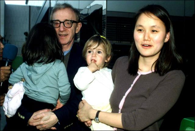 Woody Allen y Soon-Yi, con sus dos hijas en Barcelona (GTRES)
