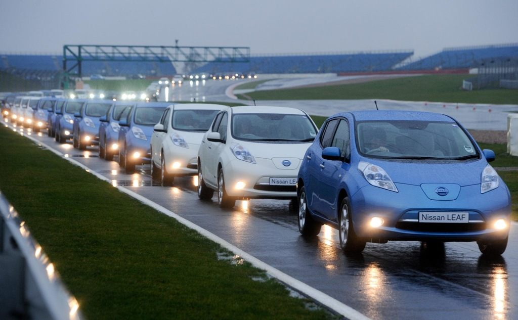 2012_11_Nissan-LEAF-parade-at-Silverstone