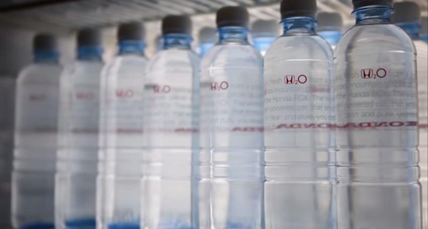 Agua embotellada por Honda (H2O). Chisrawwlinson