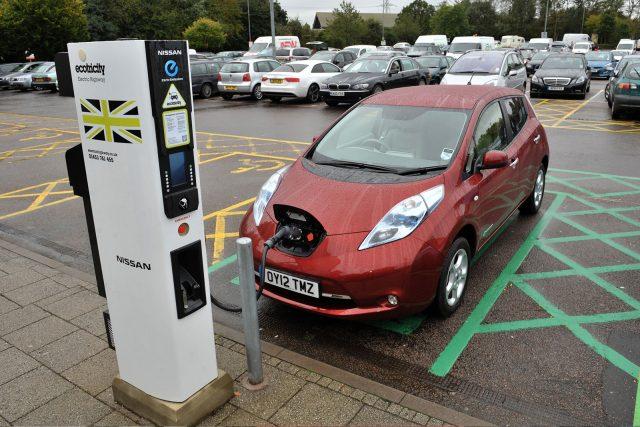 Un Nissan Leaf, recargando en un punto de carga rápida de Ecotricity. Zemotoring