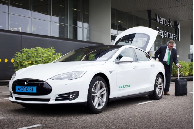 taxi-electric-tesla-model-s-taxi-in-amsterdam_100487567_m