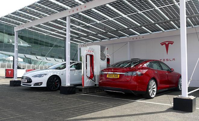 Estación de recarga rapida de Tesla (Supercharger) con sistema de generación fotovoltaica y acumulación. Pixshark