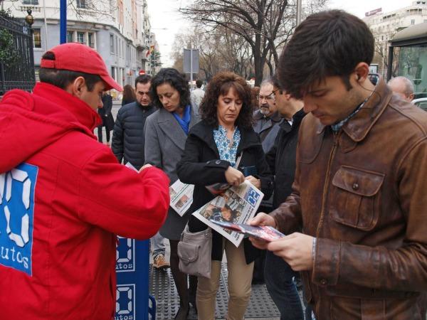 Lectores recogiendo 20minutos el 14 de marzo de 2014.