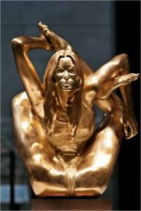 Kate Moss formato estatua de oro