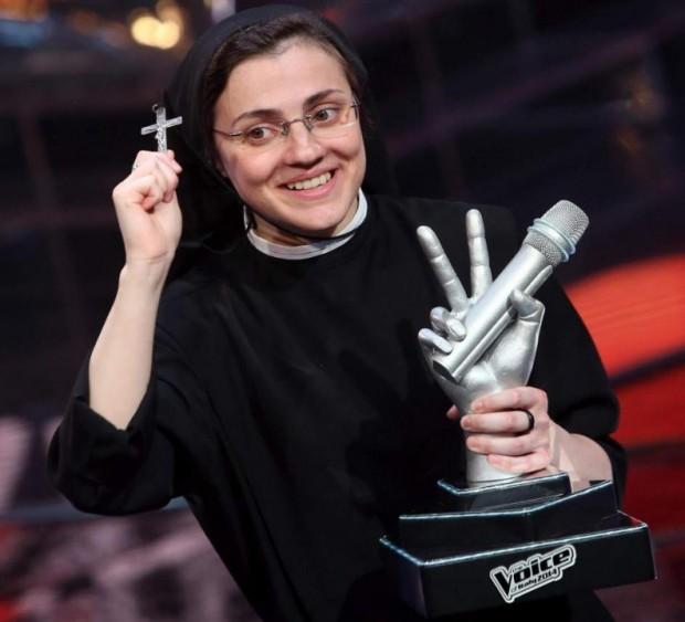 La Hermana Cristina con el trofeo que la acredita como ganadora de 'La Voz'.