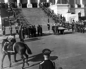 John F. Kennedy y Black Jack ante el Capitolio. Fotografía de David Schwartz. Fuente: John F. Kennedy Library
