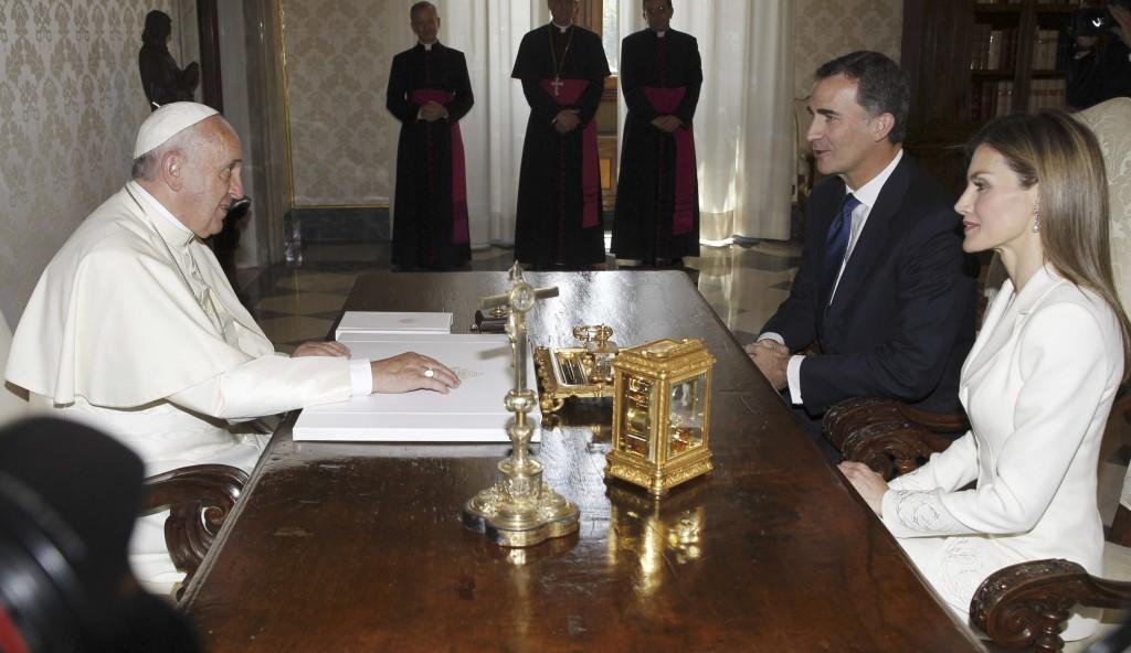 Los Reyes ante el Papa (SERGIO BARRENECHEA / EFE)