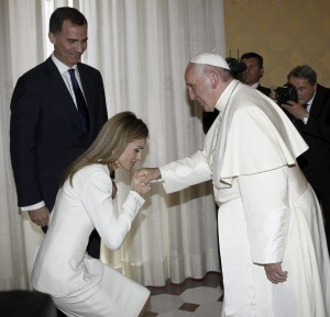 Letizia arrodillándose ante el Papa (SERGIO BARRENECHEA / EFE)