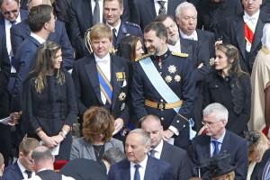 Letizia, en su época de princesa, muy atenta a una conversación con los reyes de Holanda en el Vaticano (GTRES)