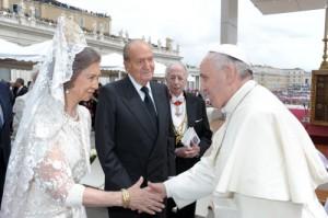 La reina Sofía con el rey Juan Carlos en una audiencia ante el Papa en la canonización de Juan Pablo II y Juan XXII (GTRES)