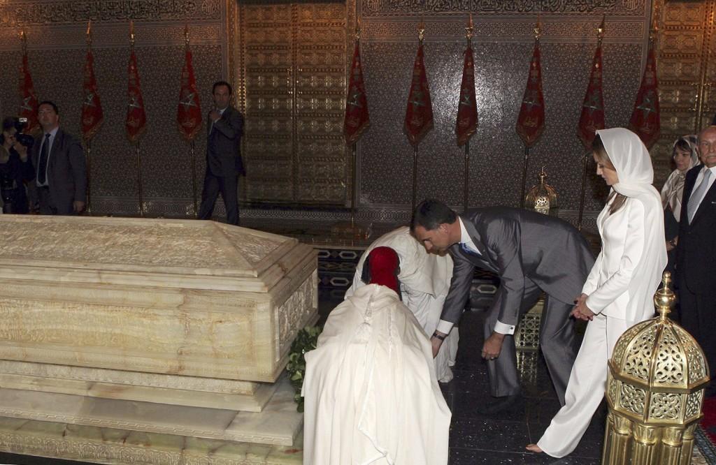 Los reyes, descalzos en el mausoleo. (EFE)