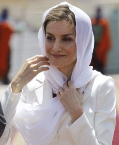 La reina agarrándose el velo. (EFE)