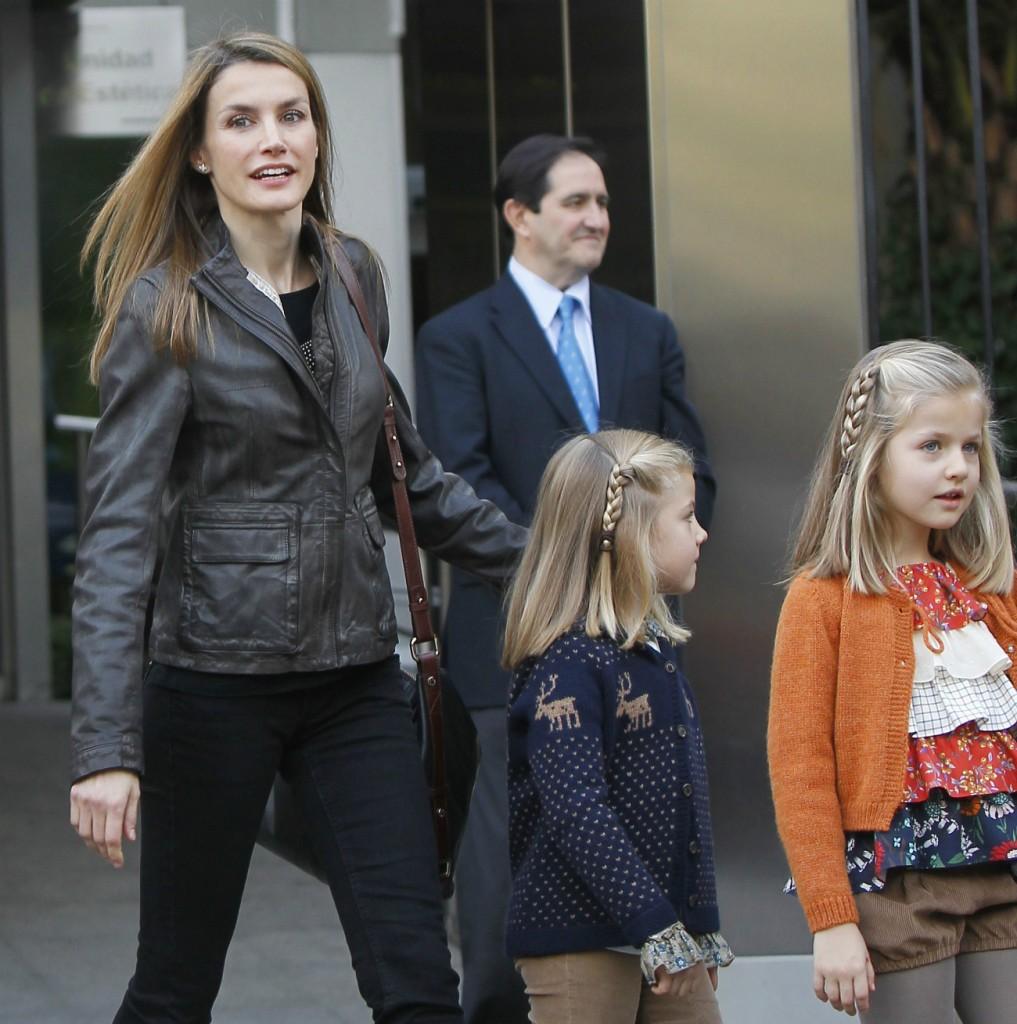 La reina Letizia con sus hijas por las calles de Madrid en 2012. (GTRES)