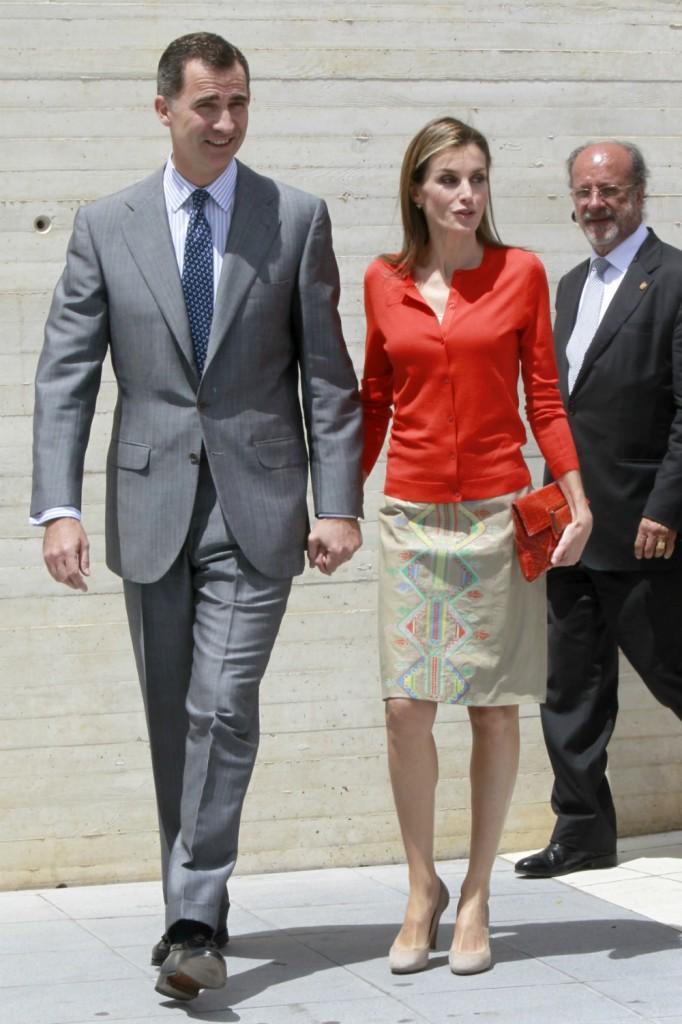 Aquí veis el estampado étnico de la falda de Letizia. El señor de atrás es el alcalde de Valladolid. (GTRES