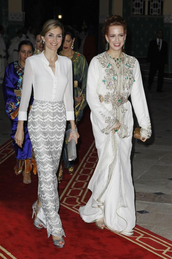 Muy sonrientes, Letizia y Lalla Salma. Ambas de blanco (GTRES)