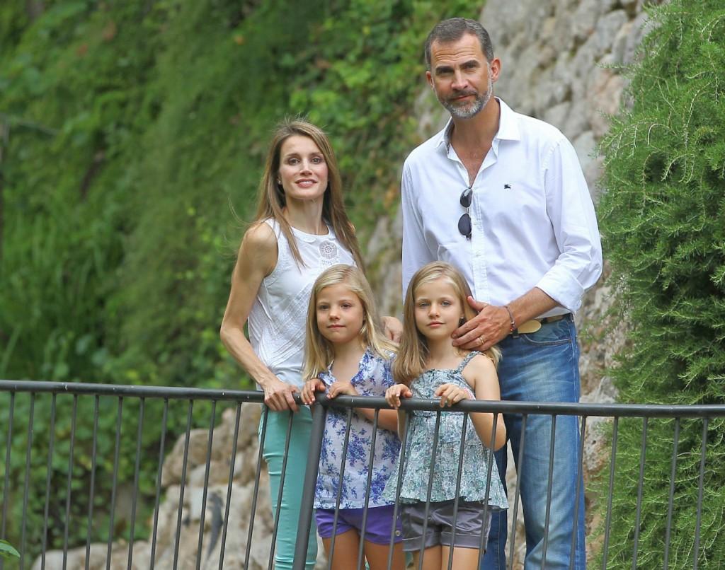 Los reyes con sus hijas en una visita a la Granja de Esporles en Mallorca. (GTRES)