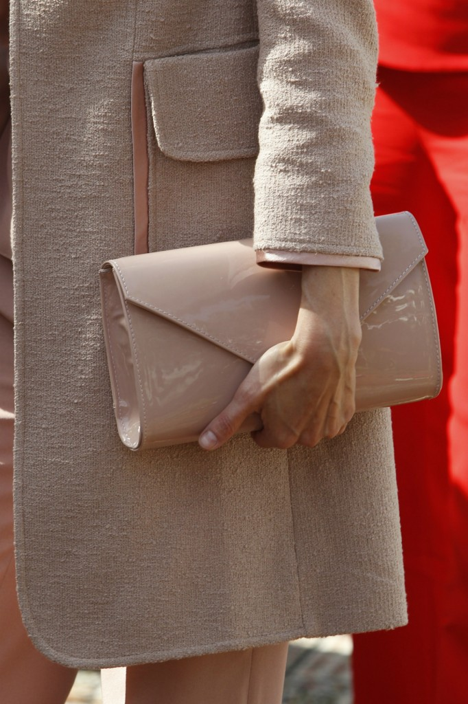 Este bolso en charol 'nude' de Felipe Varela es uno de los que más utiliza. (GTRES)