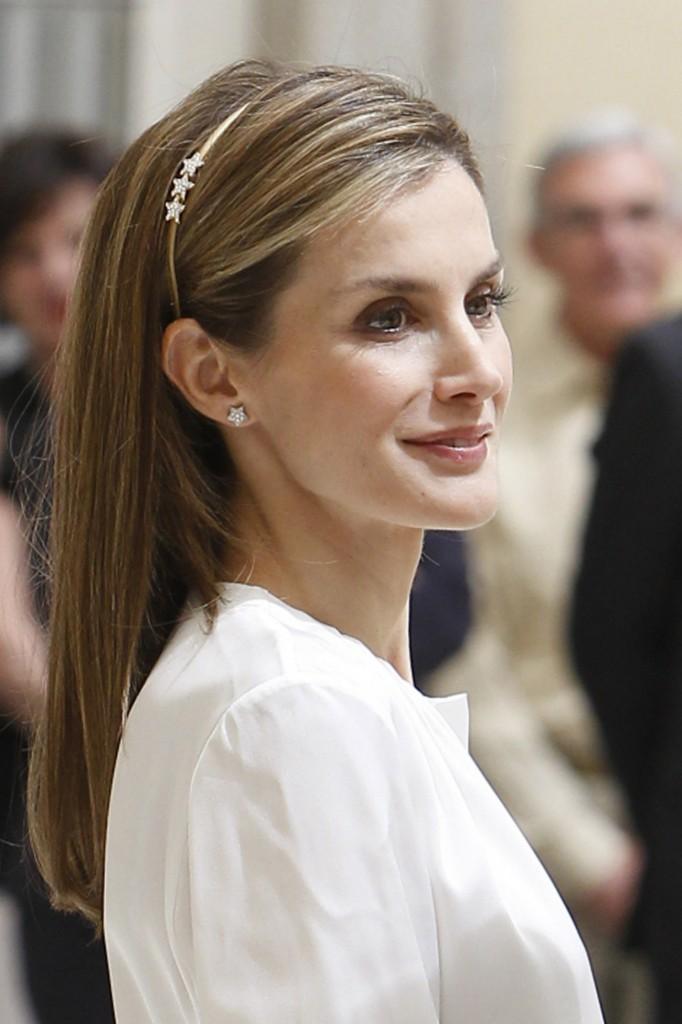 Letizia con los pendientes de estrella que le regaló Chanel. (GTRES)