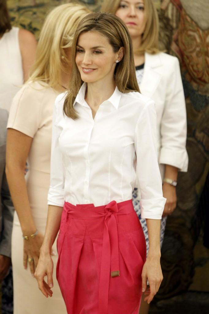 Letizia en Zarzuela con su conjunto de camisa blanca y falda fucsia. (GTRES)
