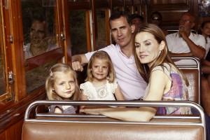 Los reyes, con sus hijas, en Mallorca en el verano de 2012. (GTRES)