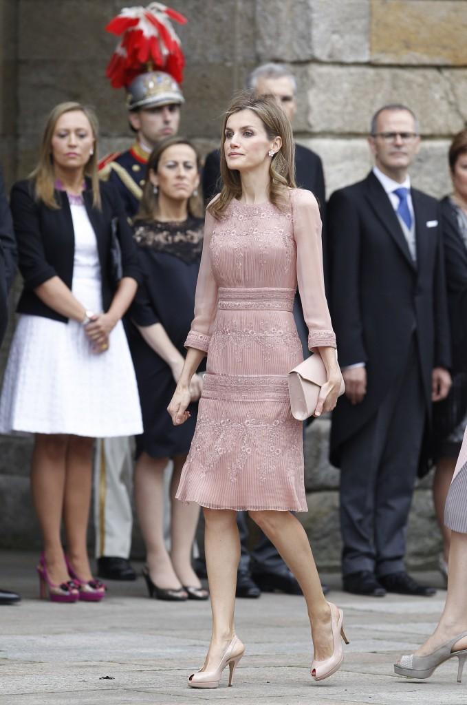 Aquí podéis ver el vestido rosa palo, los zapatos y el bolso a juego.(GTRES)